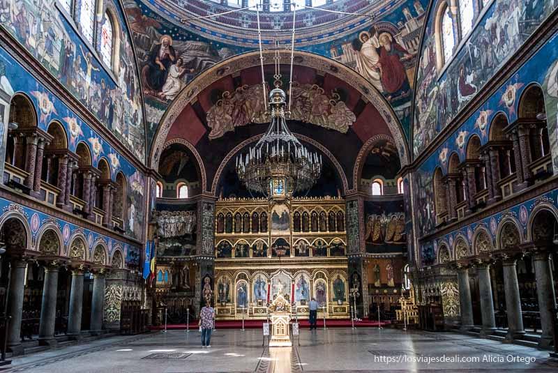 iglesia ortodoxa llena de frescos