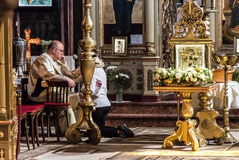 confensándose en la iglesia primeras impresiones de un viaje a transilvania