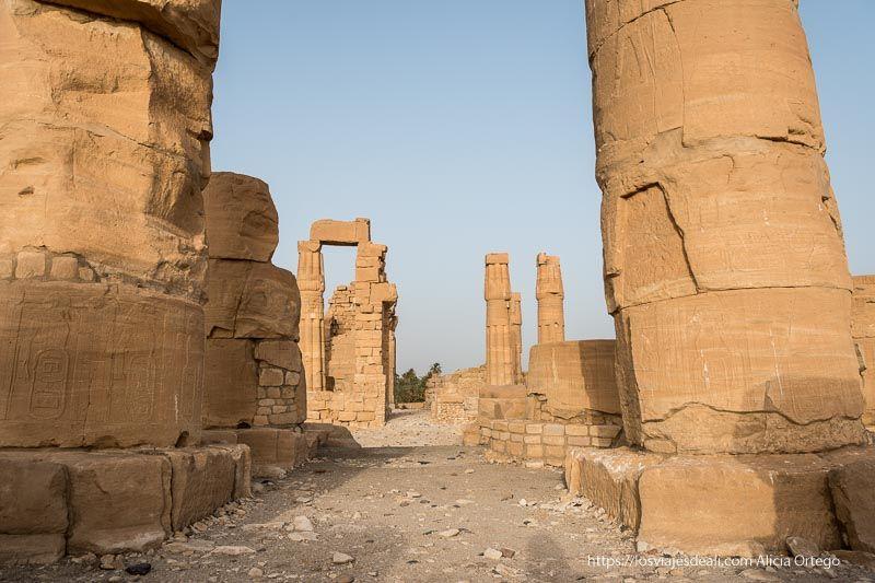 avenida del templo de soleb entre sus columnas