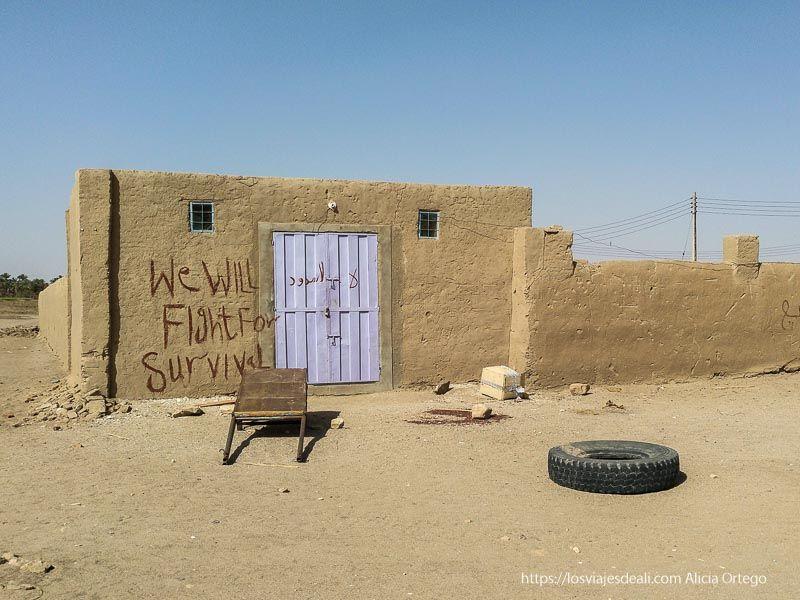 pintadas en las casas contra la presa de la tercera catarata del Nilo