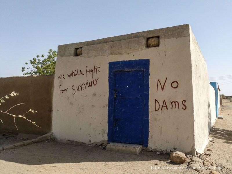 pintadas contra la presa de la tercera catarata del Nilo