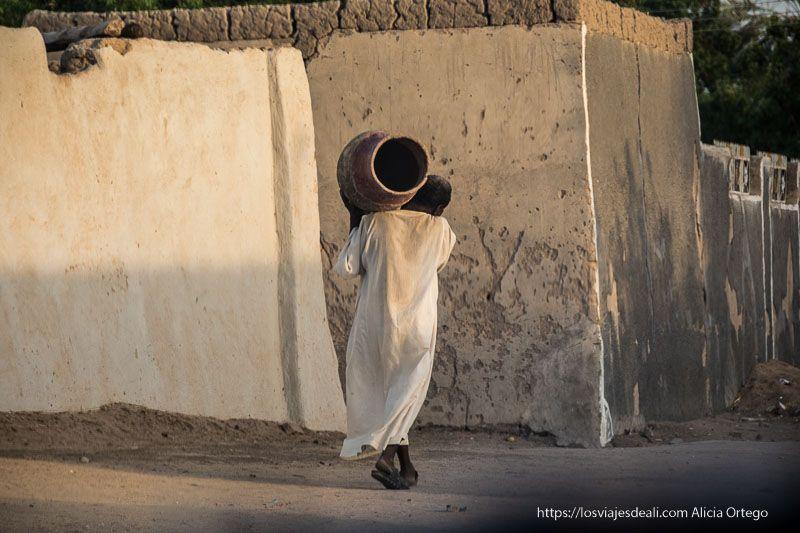 hombre llevando una tinaja de barro en Tombus cerca de la tercera catarata del Nilo