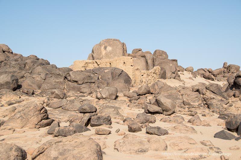 ruinas de iglesia cristiana en el desierto sudanés