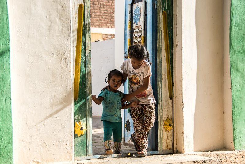 niñas en la puerta de su casa nubia en Tombos Sudán
