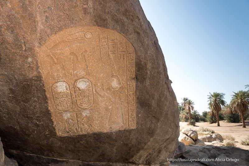estela del antiguo egipto junto al Nilo