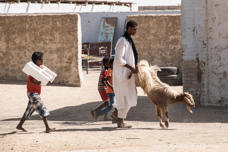 chicos en el pueblo de Tombos en Sudán