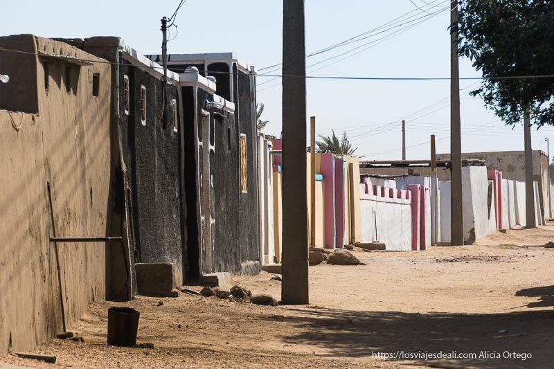 calles de Tombos con las casas pintadas de colores Sudán