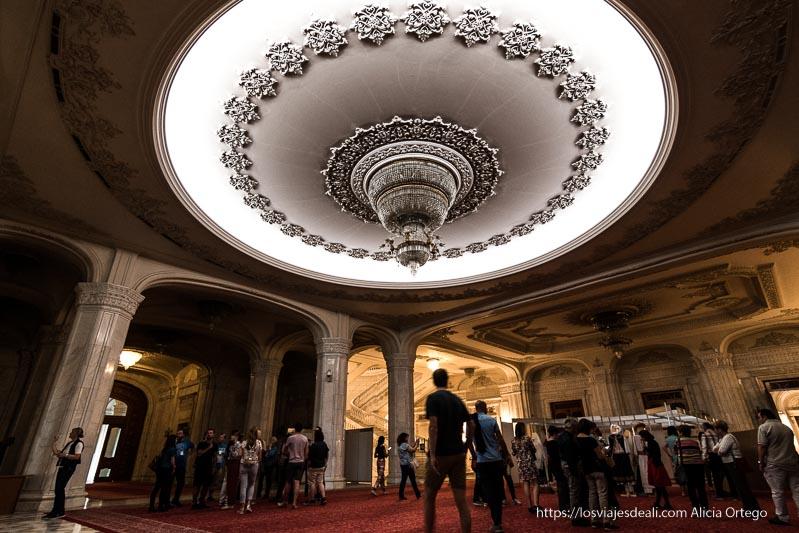interior del Parlamento de bucarest con enorme lámpara