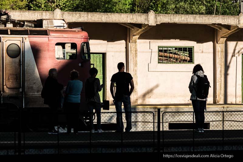 viajeros esperando el tren en Sinaia 9 días en Rumanía