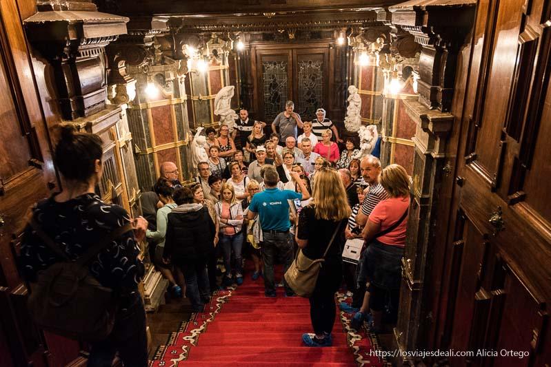 turistas en el interior del castillo de Peles en Sinaia