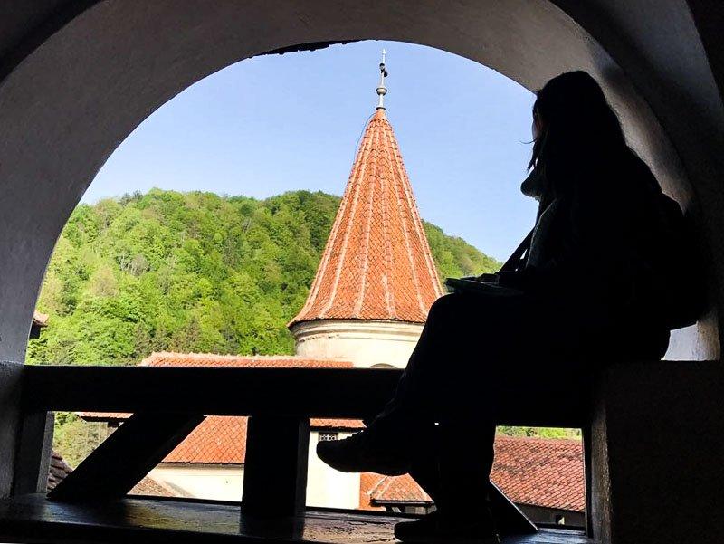 torre del Castillo de Bran con el monte al fondo 9 días en Rumanía
