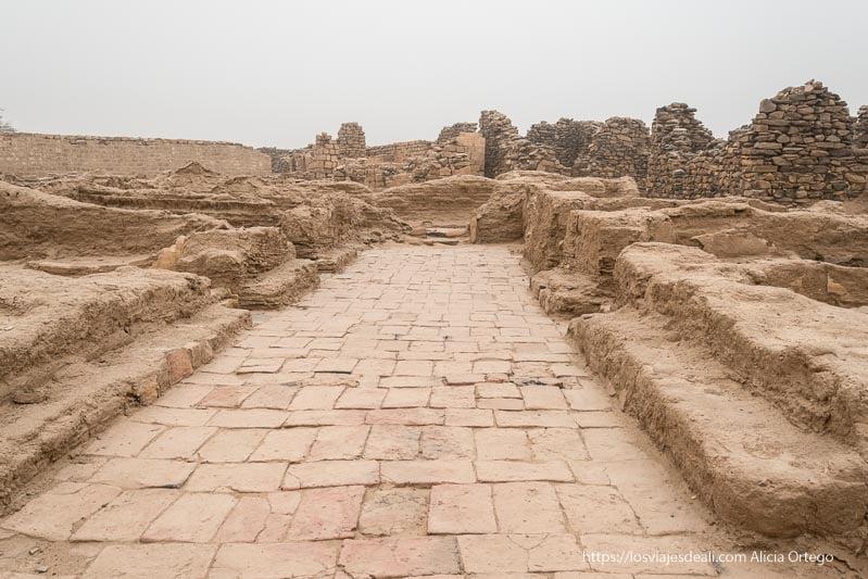 avenida central con celdas de monjes a los lados en el monasterio de Ghazali