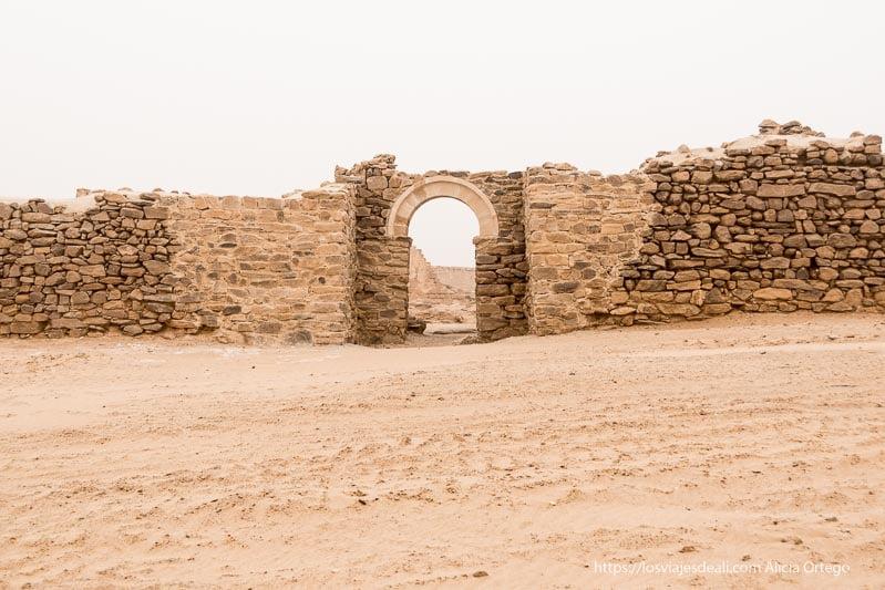 entrada con arco al monasterio de Ghazali en Sudán