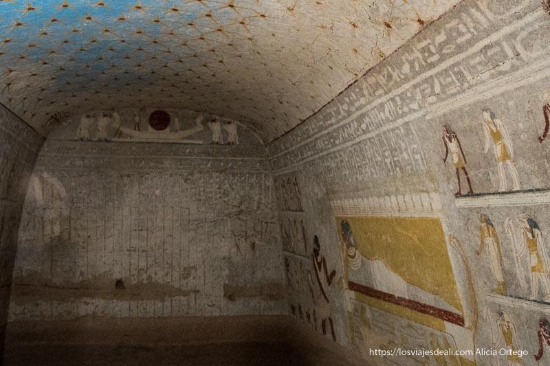 interior de mastaba llena de jeroglíficos con techo de estrellas
