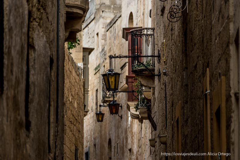 balcones y farolas en calles estrechas de Mdina en Malta