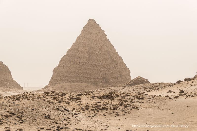 pirámide de Nuri hecha de ladrillos