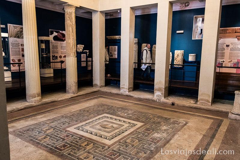 domus romana con mosaico y columnas en visita a Mdina y Rabat en Malta