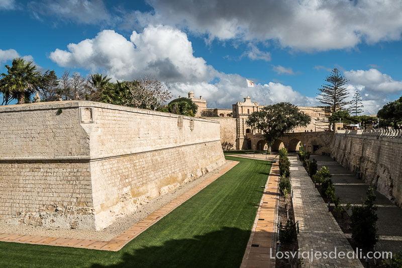 panorámica de muralla y foso de Mdina y Rabat en Malta