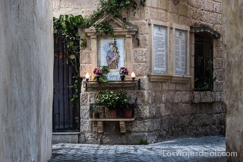 calle con altar de santo en visita de Mdina y Rabat en Malta
