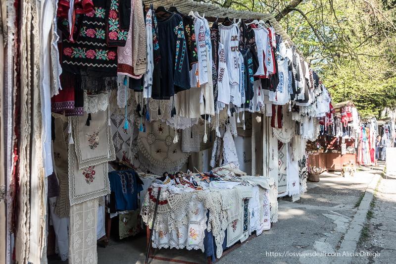 puestos con camisas y bordados rumanos en sinaia