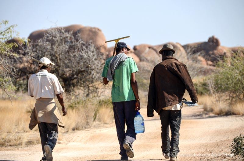 trabajadores de la tribu san en Spitzkoppe