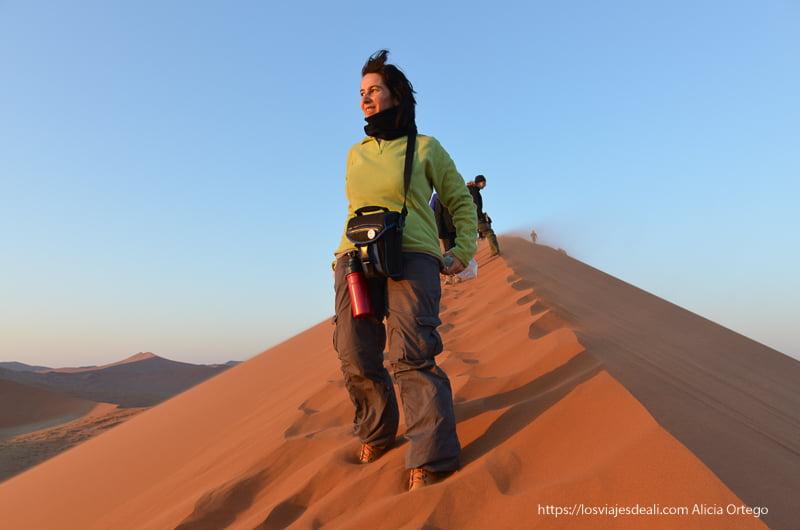 viendo el amanecer desde lo alto de la duna 45