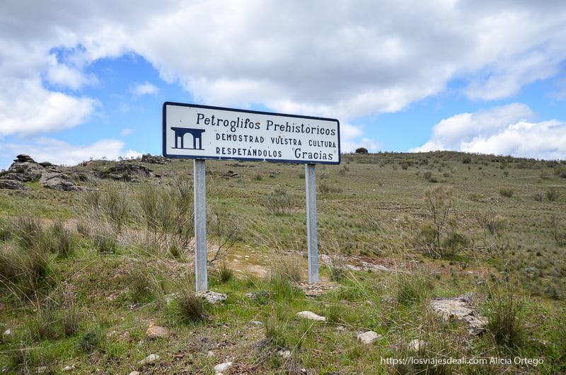 cartel de yacimiento de petroglifos prehistóricos en pueblos de segovia