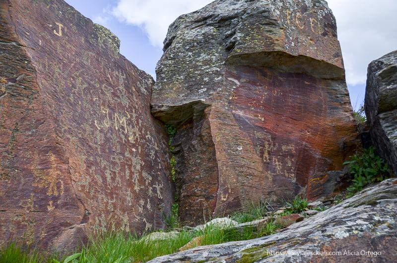gran roca cubierta de grabados rupestres pueblos de segovia
