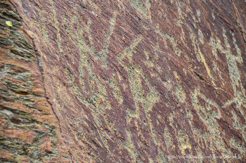grabados rupestres de guerreros con espadas en pueblos de segovia