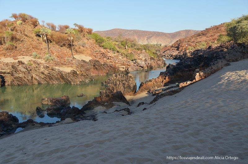 playa de cataratas epupa con rocas y palmeras
