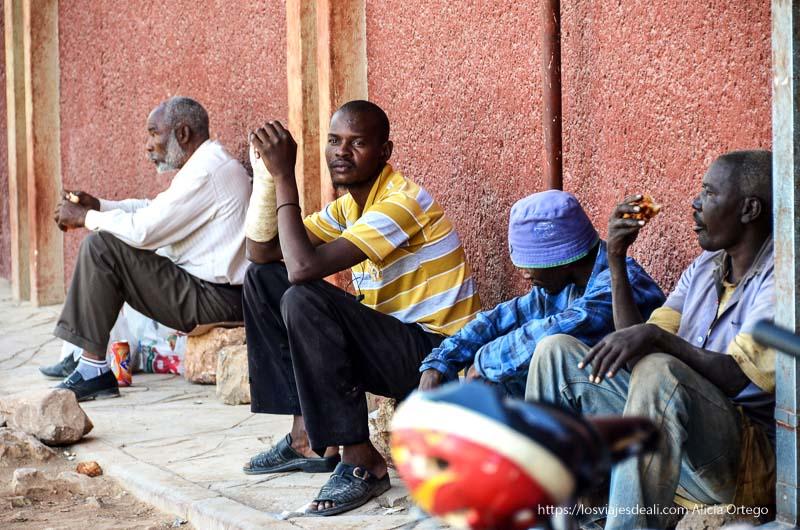 hombres sentados junto al supermercado de Opuwo Namibia