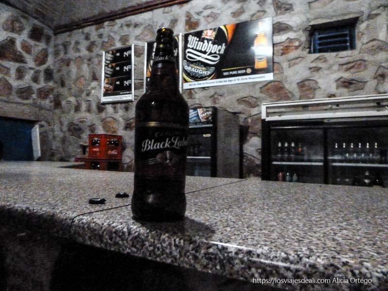 barra de bar de cataratas epupa con cerveza enorme