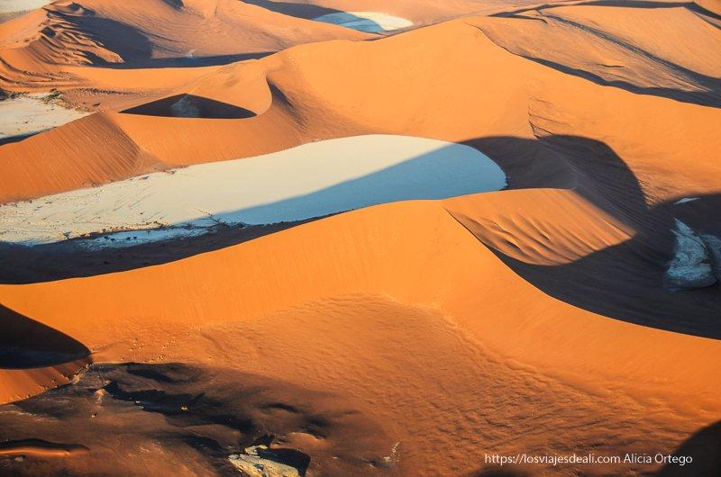 dunas y lagos secos al atardecer en el desierto del Namib