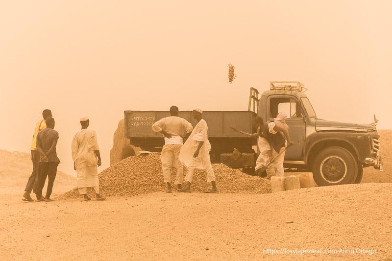 trabajadores echando grava a un camión en el yacimiento de El Kurru cerca de Karima
