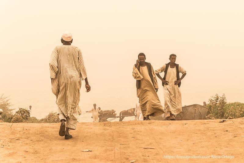 hombres que vienen y van en medio de la gran tormenta de arena