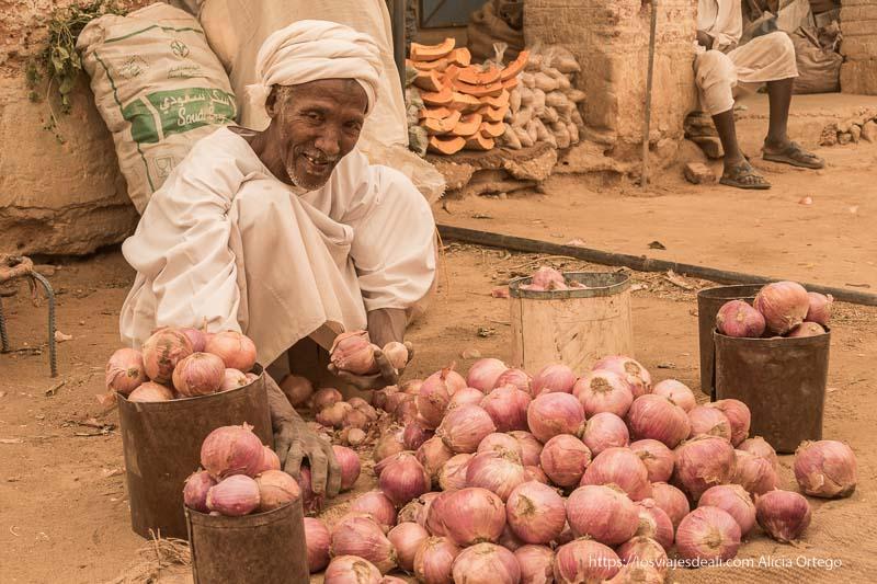 señor vendiendo cebollas en Karima Sudán