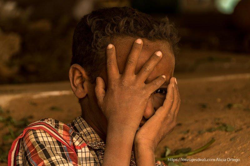 niño del mercado de Karima en Sudán jugando ante la cámara