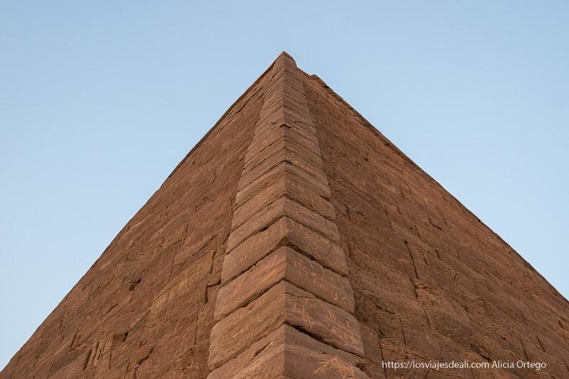 pirámide de Karima desde abajo