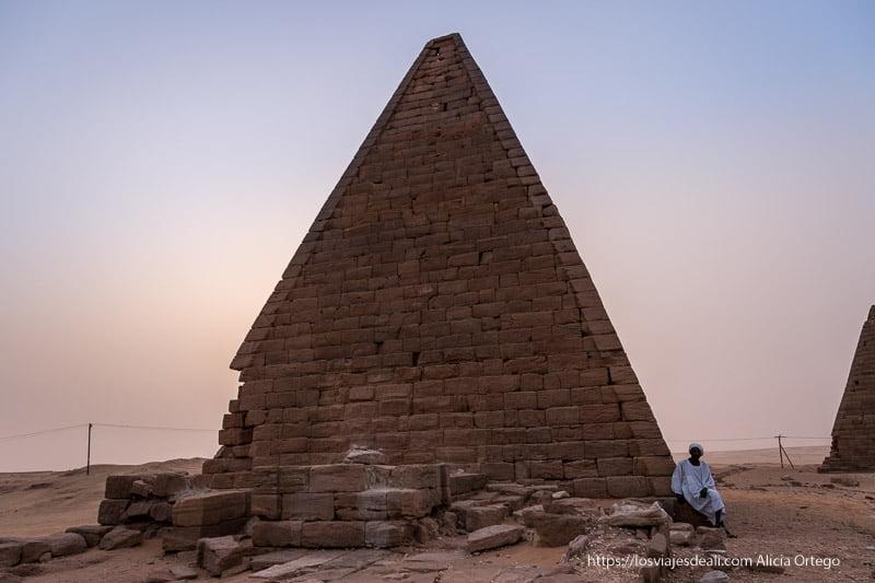 pirámide de Karima con el guardián