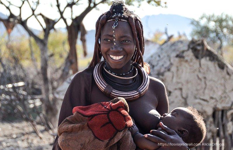 mujer himba amamantando a su bebé