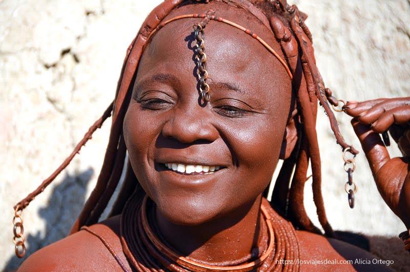 mujer himba sonriente