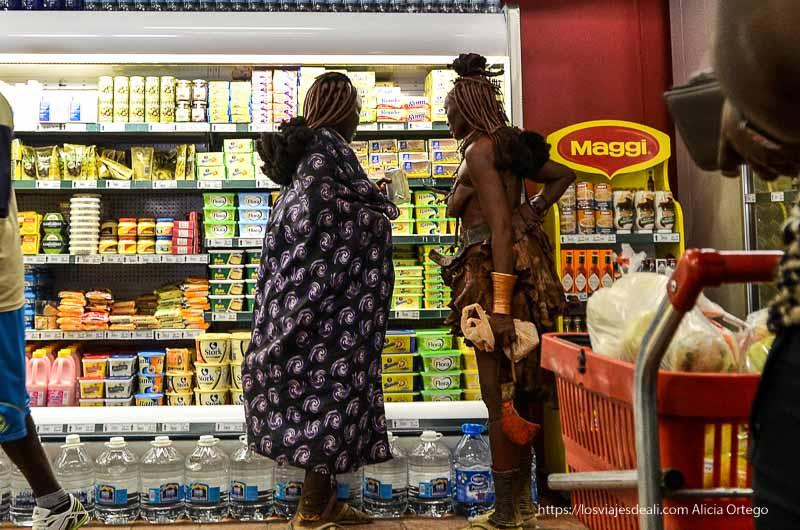 mujeres himba en el supermercado