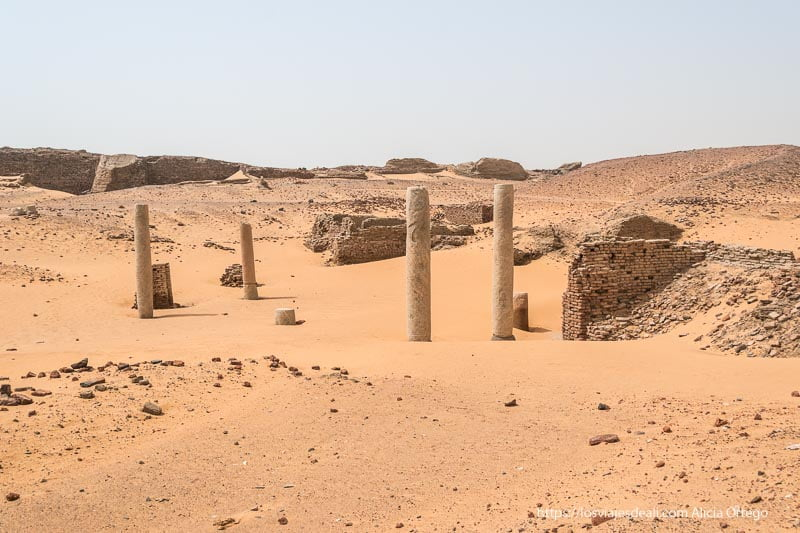 columnas en el desierto en Old Dongola en Sudán