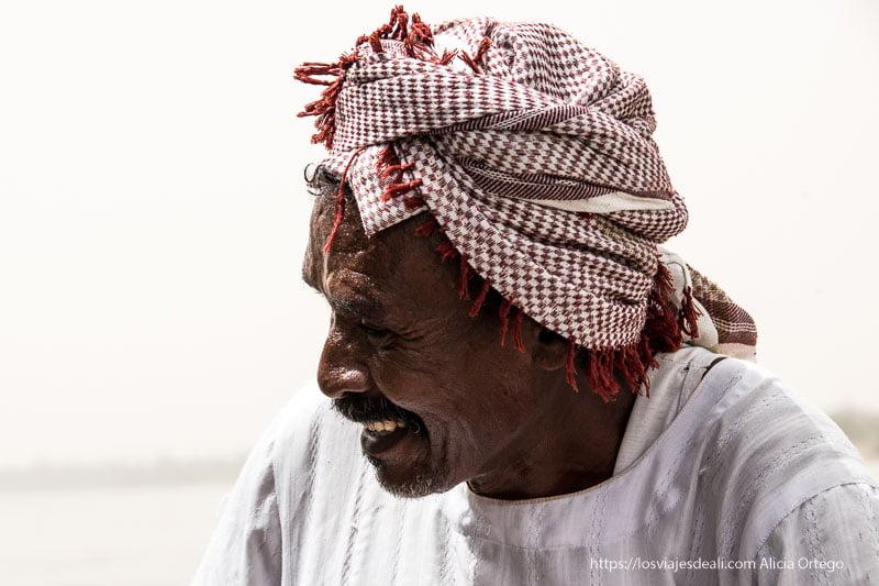 barquero sudanés sonriendo