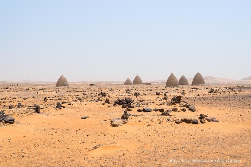 paisaje del desierto de Sudán con tumbas de adobe