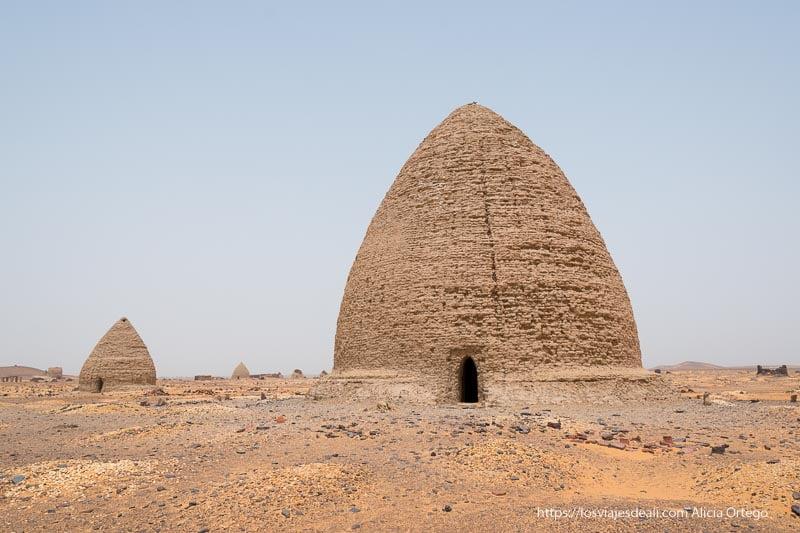 tumbas de adobe con forma de cono en old dongola