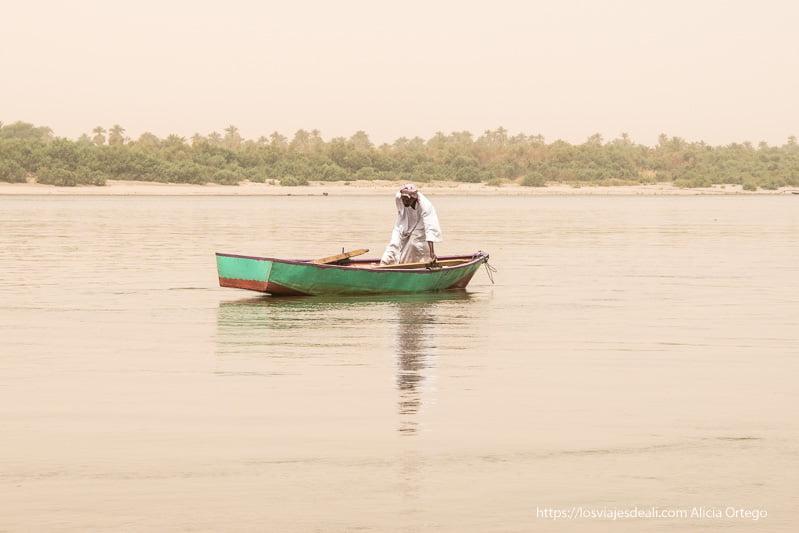 barquero en el Nilo en Sudán