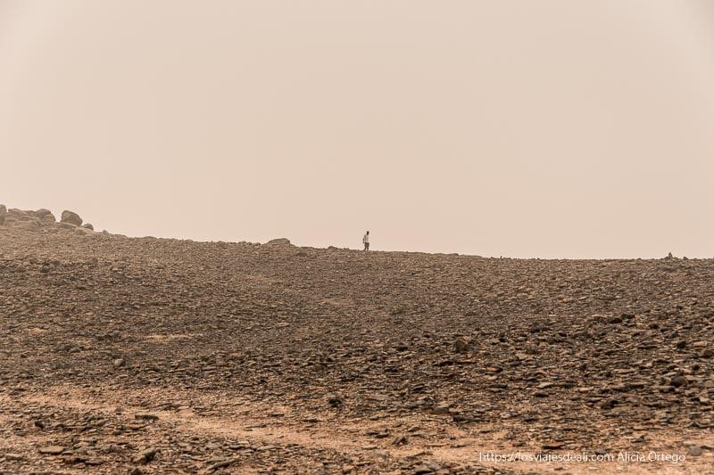 paisaje rocoso de Jebel Barkal con hombre al fondo