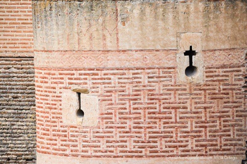 detalle de las murallas de ladrillo del castillo de coca