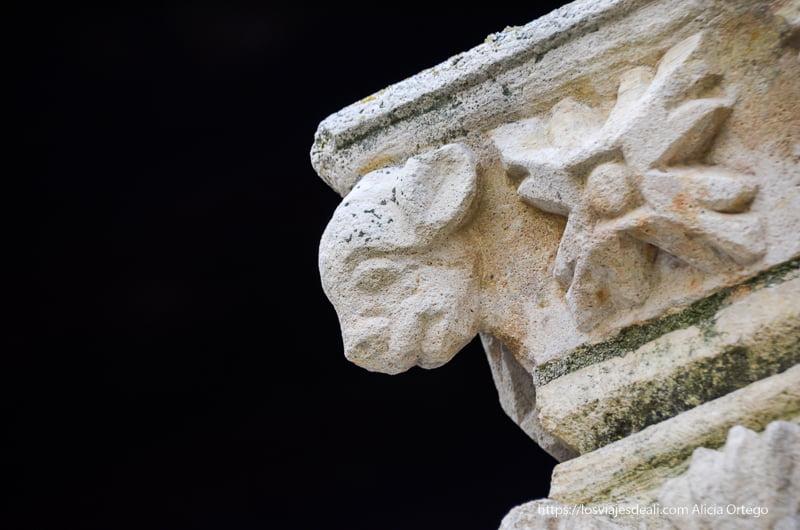 figura animal en un capitel románico pueblos de segovia